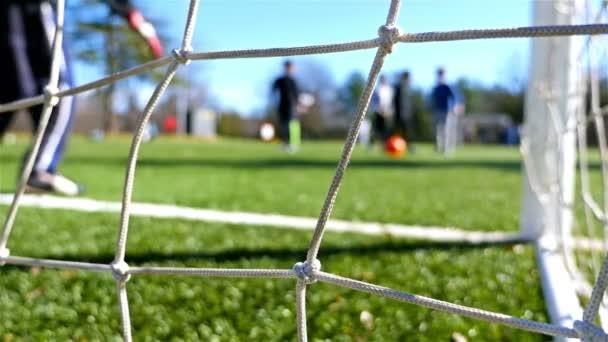 Gyermekek játszanak a foci játék, a kamera mögött a cél nettó