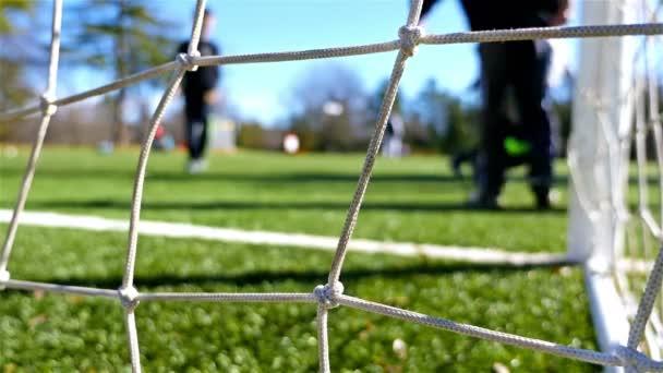 Děti hrají fotbal, kamera za cíl čisté