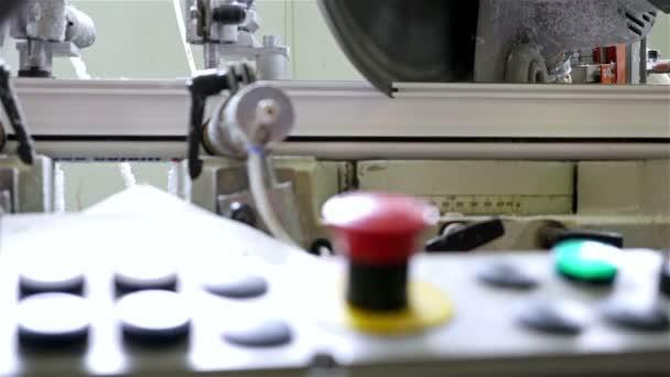 Výroba plastových oken, stříhání Pvc profilu kotoučovou pilou,