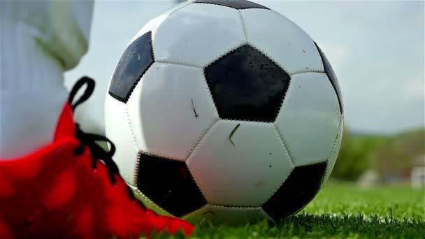 Fotbalový zápas. Akce, fotbal. Cíl strážce/fotbalista kope míč, zpomalené