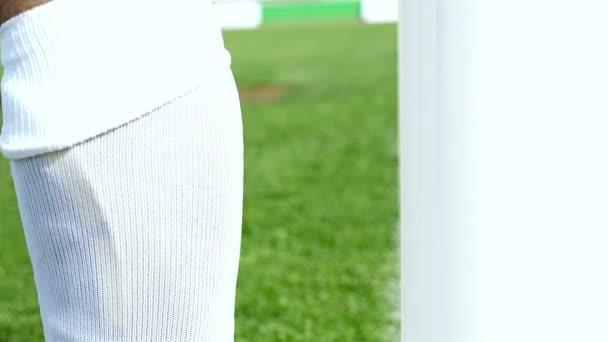 Fotbalový zápas. Akce, fotbal. Brankář zasáhne oranžové boty do dveří a kopy