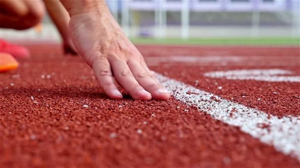 Dráha běžci strčil ruce na startovní čáře, pomalý pohyb