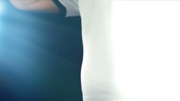 Fotbalista smekl bílé tričko a změňte jej s modrou jeden, zpomalené