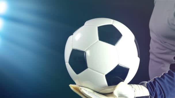 Brankář s míčem v ruce připravena k nastartování, pomalý pohyb