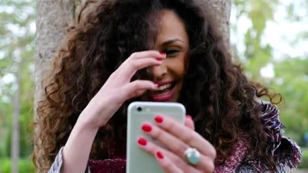 Portrét krásné mladé ženy s selfie s chytrý telefon v parku