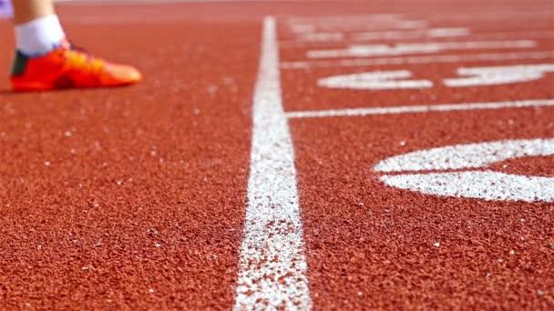 Dráha běžci strčil ruce na startovní čáru