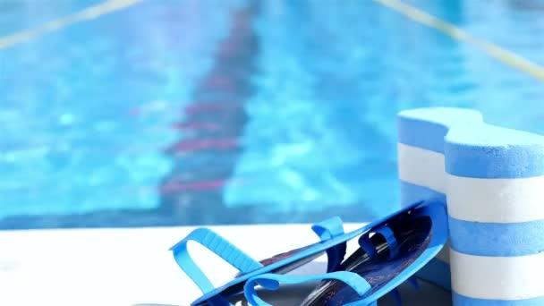 Plavání na okraji bazénu, plavec ve vodě