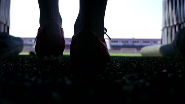 Silueta fotbalista chodit na stadionu