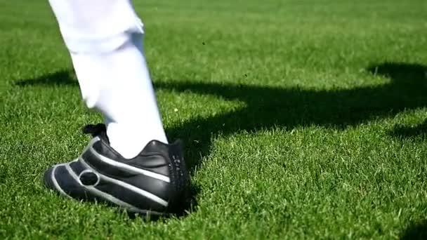 Fotbalový fotbalista kope míč na hřišti, pomalý pohyb