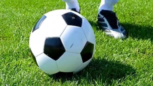 Fotbalový míč na středový bod fotbalové hřiště, hráč kope míč