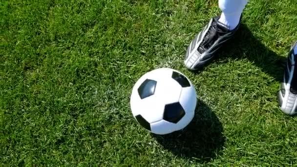 Futball-labda középpontjának és egy futballpálya, játékos rúgja a labdát a