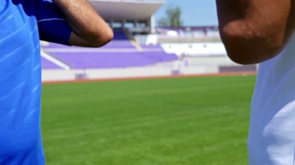 Fotbalistů mění jejich košile a třes rukou