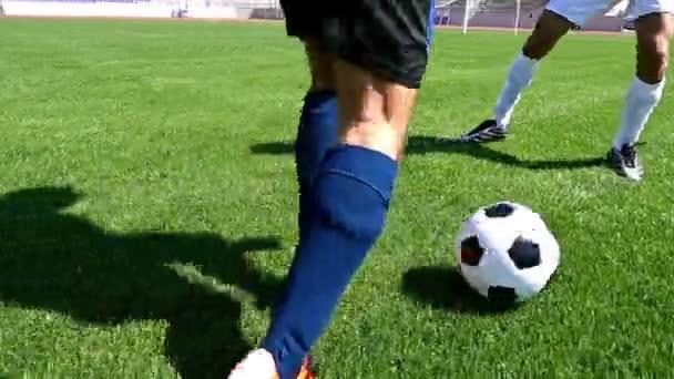 Fotbalista dělat triky, aby se zabránilo obránce, pomalý pohyb