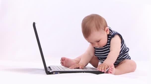 hallo-Tech-Baby. Junge spielt mit Laptop, Tablet vor weißem Hintergrund