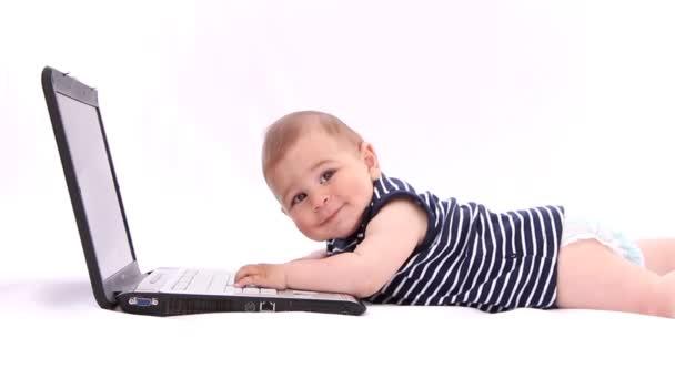 Chlapec hrát s notebooku, tabletu, myš, klávesnice proti Bílému pozadí