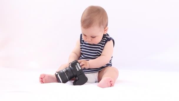 Chlapec hrát s fotokamery proti Bílému pozadí