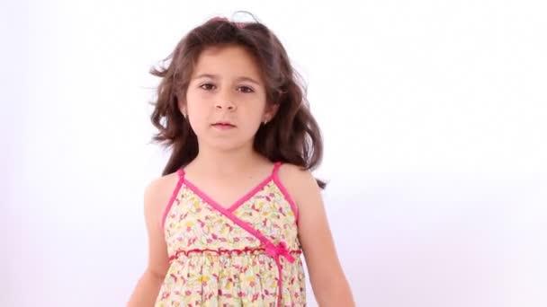 kleines Mädchen mit einem Lutscher als Schlagstock für Cheerleader