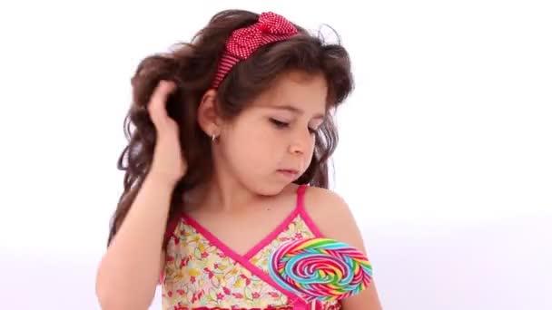 Malá holčička pomocí lízátko jako zrcadlo, narovnat vlasy