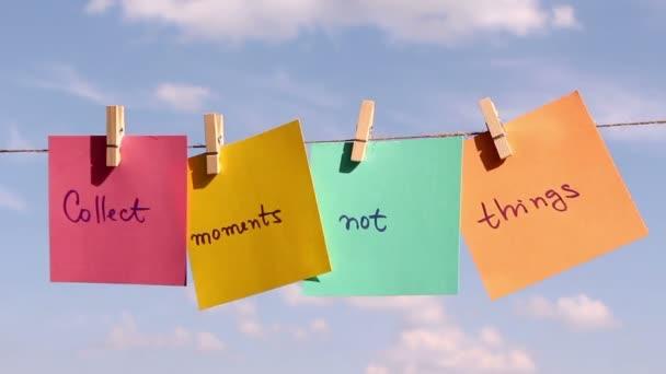 Větu Sbírat momentů není si myslí, že na barevný papír tlačí na laně. Pozitivní myšlení koncept