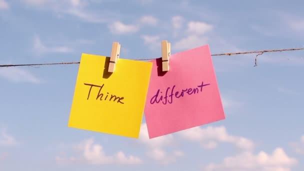 Větu Si různé na barevný papír tlačí na laně. Pozitivní myšlení koncept