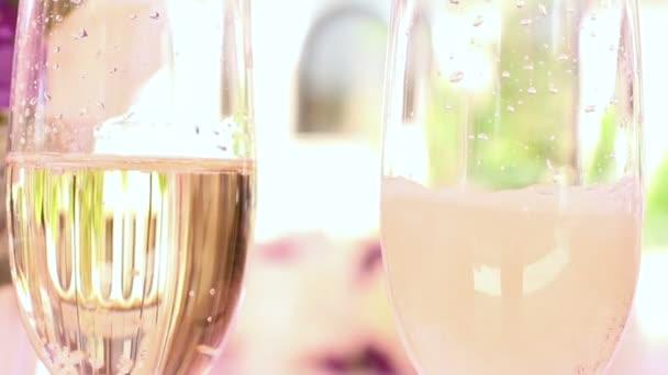 Svatební dekorace a sklo se šampaňským