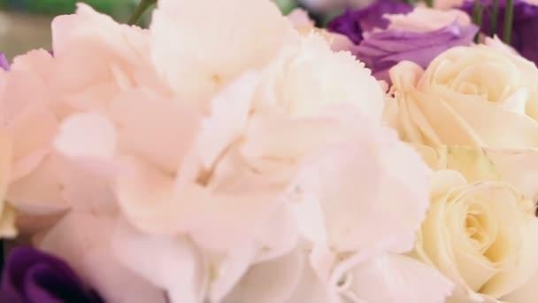 Svatební dekorace bílé a fialové květiny a svíčky