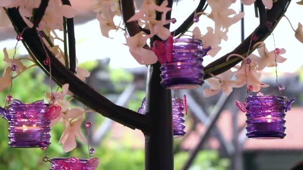 Esküvői dekoráció a lila gyertyák