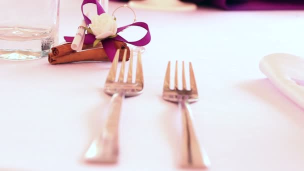 Hochzeitsdekoration mit weißen und lila Blumen und Kerzen