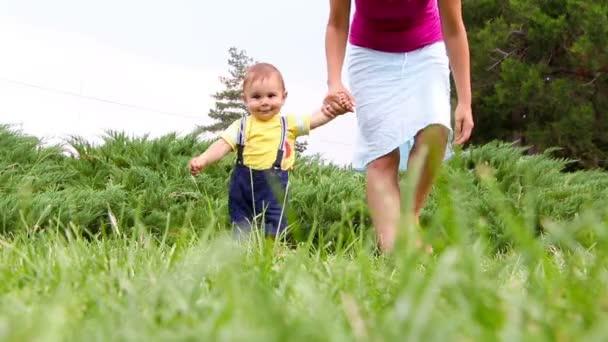 Roztomilý chlapeček, takže jeho první kroky na trávě
