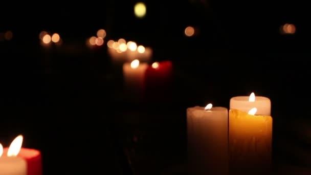 brennende Kerzen nachts im Freien