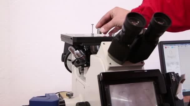 Industria pesante - esame al microscopio della struttura metallica