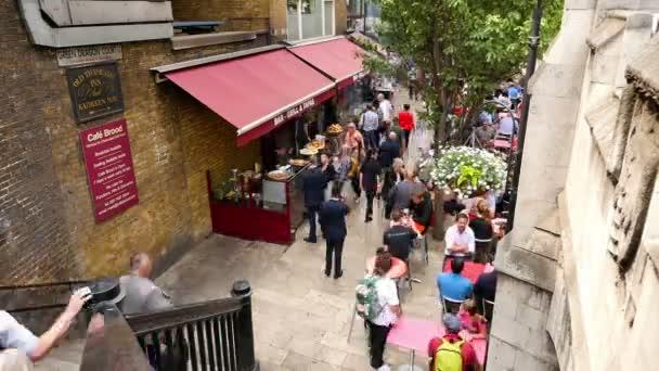 Velká Británie, Londýn - 15. června 2015: Časová prodleva od lidí, kteří jdou kolem restaurace, bar a pivnice v městě Londýn