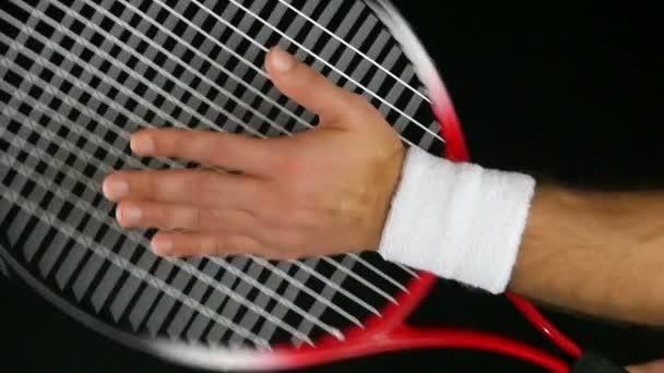 Zpomalený pohyb ruky tenisový hráč udeří net jeho tenisová raketa, černé pozadí