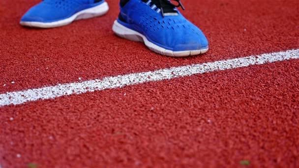 Zpomalený pohyb tenista skákací tenisák na červené tenisový kurt před podáváním