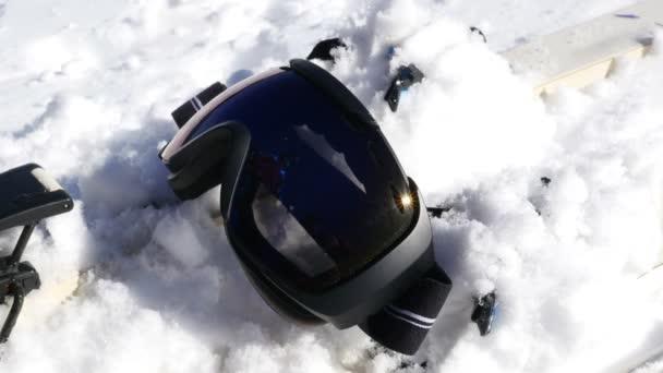 Lyžařské vybavení, lyžař si bere brýle a připravuje lyžování