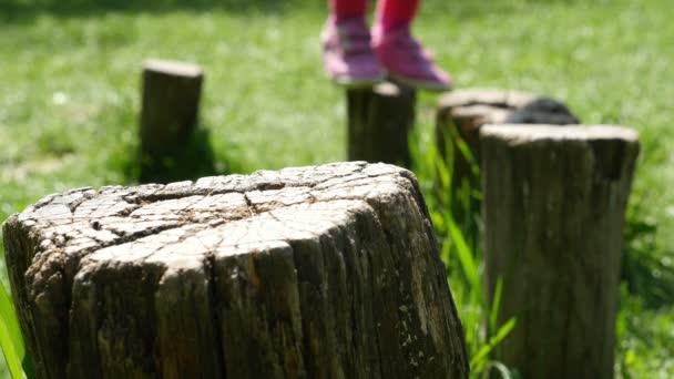 Děti na pařezy v přírodě, jen nohy