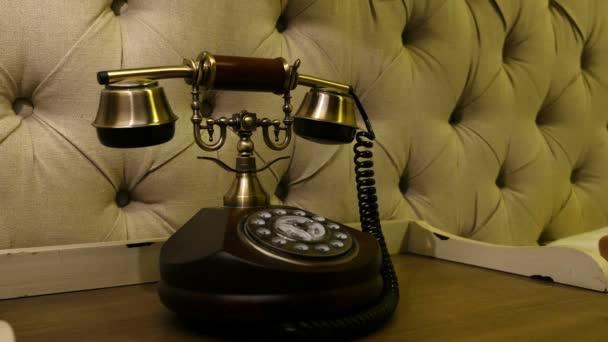 Muž si vezme sluchátka retro telefon, zblízka