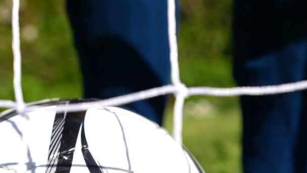 Fußball-Nationalspieler bindet seine Fußballschuhe, Fußball net vorne