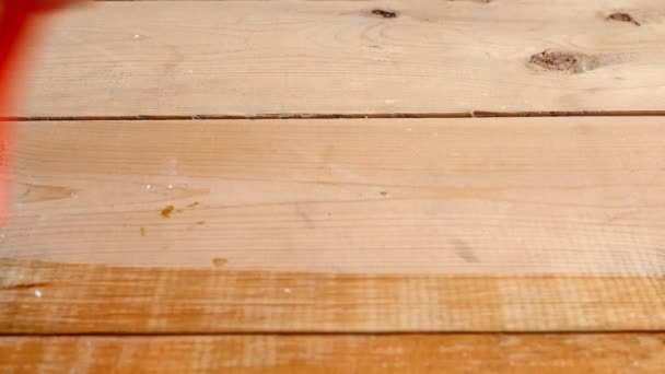 Malíř malování štětcem dřevěnou podlahu