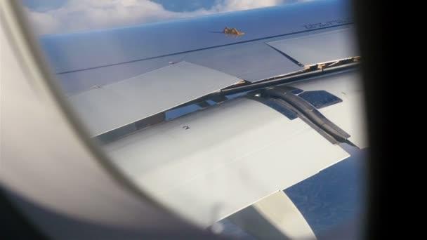 Repülőgép ablakban Nézd meg a kék ég és a felhők. Szállítás