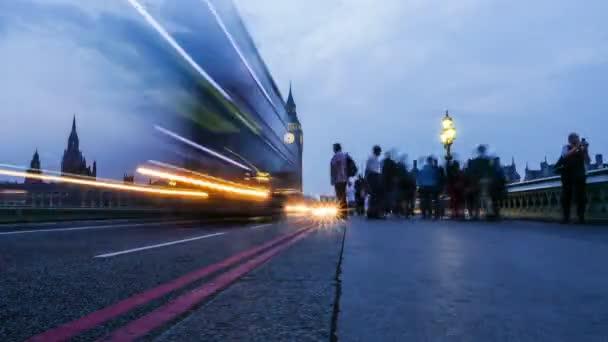 Časová prodleva London city špičky v Westminster Bridge, Big Benu a budov parlamentu na zádech, večerní čas