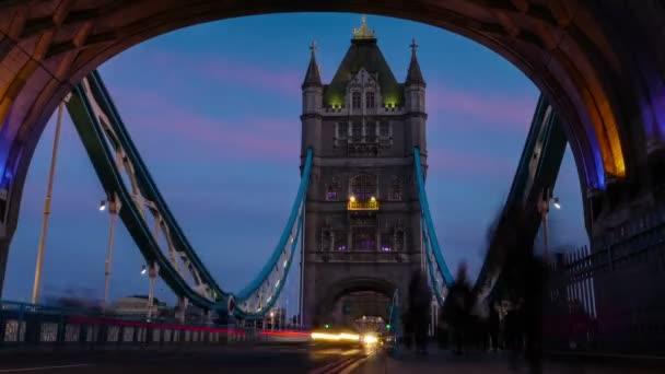 Rush hour, Londonban, a Tower Bridge éjszaka, idő telik el, tekintettel