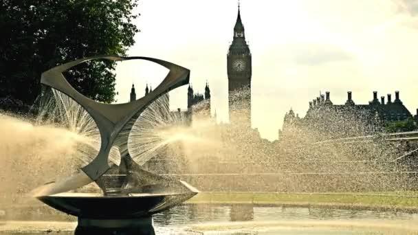 Pohled na Big Ben, dům parlamentu a Westminster bridge v Londýně s kašnou před nimi