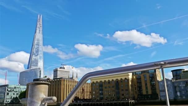 Pohled na mosty Šard a Thames z pohybující se lodi na řece Temži
