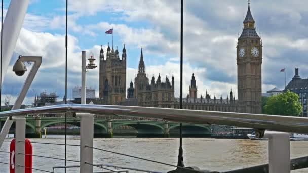 Pohled na Big Ben a domy parlamentu z mola na řece Temži, Londýn