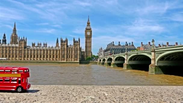 Zastavte pohyb slavné londýnské Rudé autobusové hračky procházející velkým Benem a domy parlamentu v Londýně, část 2