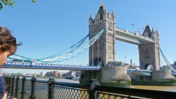 Žena fotograf turista fotografování na Tower Bridge, Londýn