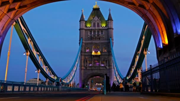 Pohled na věžový most v Londýně v noci