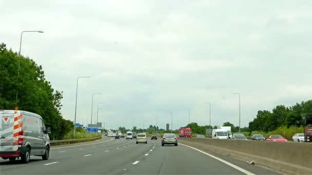 Egyesült Királyság, London - 2015. június 14.: autóipari. Közlekedés, autópálya közelében London, Egyesült Királyság