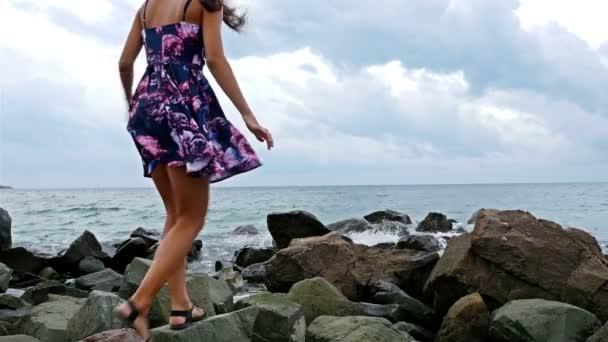 Видео девушка на ветру в платье